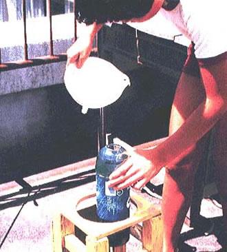 ペットボトルを利用した雨のサンプリング (提供:川嶋 宗継)